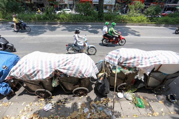 Rác nội thành Hà Nội ùn ứ vì dân chặn xe vào bãi rác Nam Sơn - Ảnh 4.