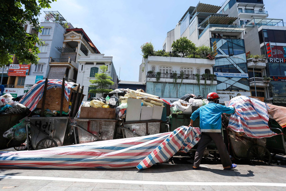 Rác nội thành Hà Nội ùn ứ vì dân chặn xe vào bãi rác Nam Sơn - Ảnh 5.