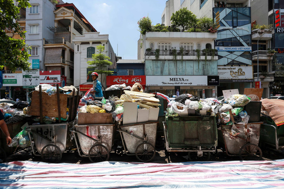Rác nội thành Hà Nội ùn ứ vì dân chặn xe vào bãi rác Nam Sơn - Ảnh 1.