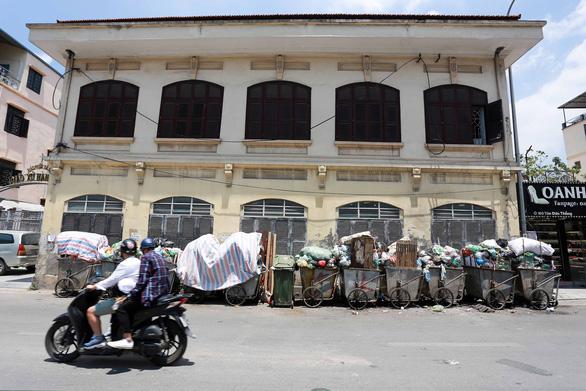 Rác nội thành Hà Nội ùn ứ vì dân chặn xe vào bãi rác Nam Sơn - Ảnh 3.