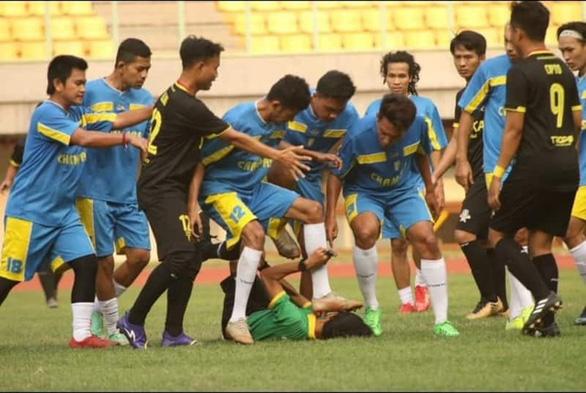 Bức xúc vì bị thổi việt vị, cầu thủ nghiệp dư ở Indonesia... đạp đầu trọng tài - Ảnh 1.