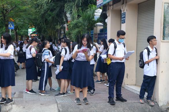 Sáng nay 16-7 thi tuyển sinh lớp 10 TP.HCM: Đề thi dễ hơn? - Ảnh 11.