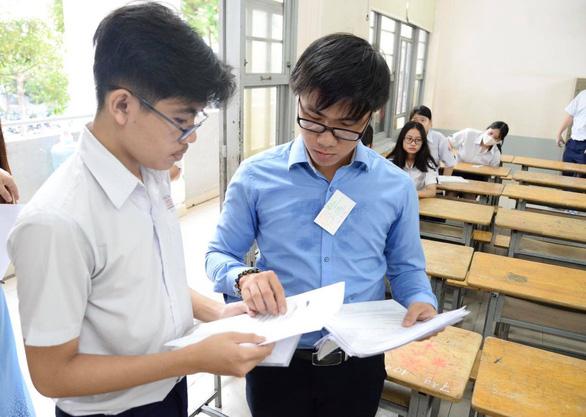 Sáng nay 16-7 thi tuyển sinh lớp 10 TP.HCM: Đề thi dễ hơn? - Ảnh 1.