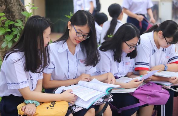 Sáng nay 16-7 thi tuyển sinh lớp 10 TP.HCM: Đề thi dễ hơn? - Ảnh 12.
