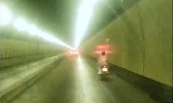 Chị Đại phóng xe máy ào ào trong hầm Hải Vân, vượt 3 chốt chặn lúc rạng sáng - Ảnh 2.