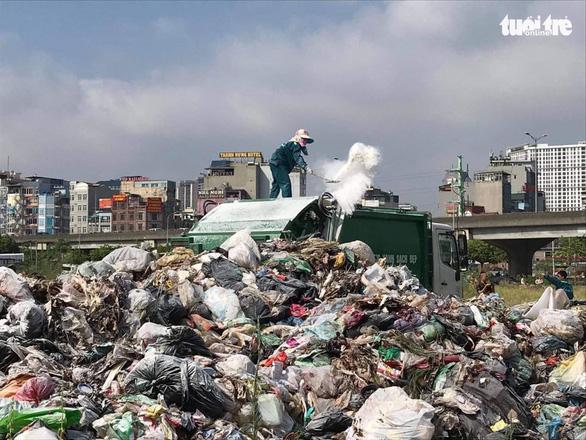 9.000 tấn rác chất đống trong nội thành Hà Nội - Ảnh 1.