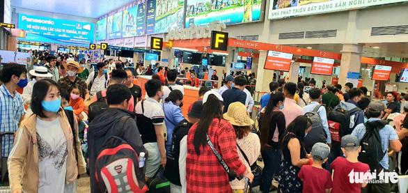 Hành khách phờ phạc ở Tân Sơn Nhất chờ đổi chuyến bay - Ảnh 1.