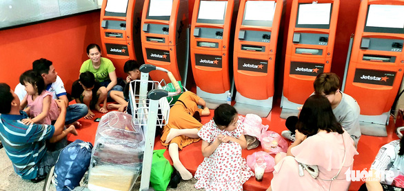 Hành khách phờ phạc ở Tân Sơn Nhất chờ đổi chuyến bay - Ảnh 2.