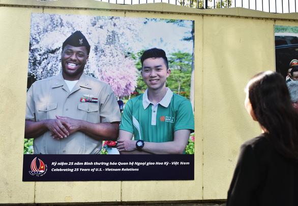 19 'khoảnh khắc quan hệ Việt - Mỹ' trên tường Tổng lãnh sự quán Mỹ ở TP.HCM - Ảnh 4.