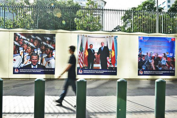 19 'khoảnh khắc quan hệ Việt - Mỹ' trên tường Tổng lãnh sự quán Mỹ ở TP.HCM - Ảnh 2.