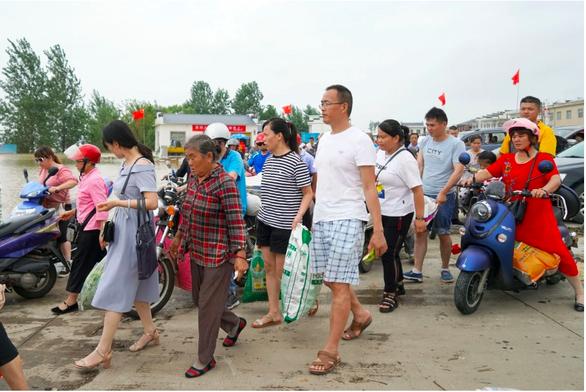 Sợ vỡ đập, Trung Quốc kêu gọi thanh niên trai tráng về quê canh đê, chống lũ - Ảnh 2.
