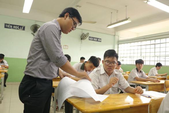 Sáng nay 16-7 thi tuyển sinh lớp 10 TP.HCM: Đề thi dễ hơn? - Ảnh 10.