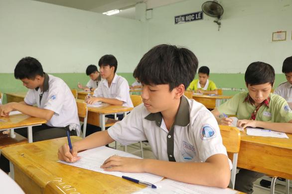 Sáng nay 16-7 thi tuyển sinh lớp 10 TP.HCM: Đề thi dễ hơn? - Ảnh 6.
