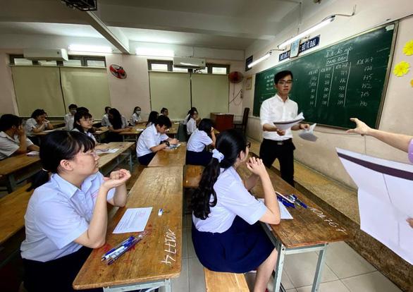 Sáng nay 16-7 thi tuyển sinh lớp 10 TP.HCM: Đề thi dễ hơn? - Ảnh 7.