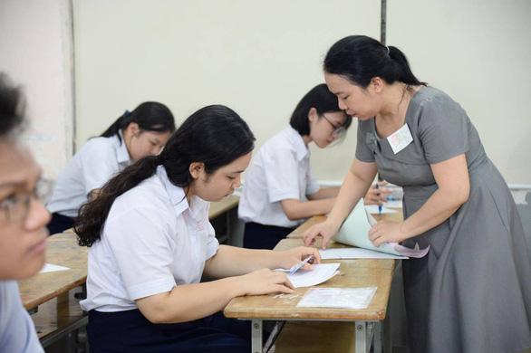 Sáng nay 16-7 thi tuyển sinh lớp 10 TP.HCM: Đề thi dễ hơn? - Ảnh 8.