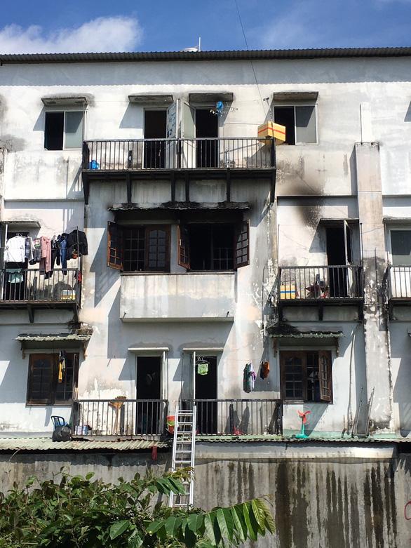 Cứu kịp thời nhiều người mắc kẹt trong dãy nhà trọ sinh viên bị cháy - Ảnh 1.