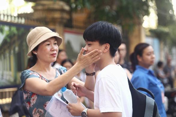 Sáng nay thi lớp 10 ở Hà Nội, TP.HCM: Dù kết quả thế nào thì bố mẹ vẫn yêu con - Ảnh 1.