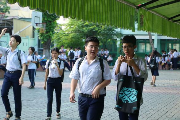 Sáng nay thi lớp 10 ở Hà Nội, TP.HCM: Dù kết quả thế nào thì bố mẹ vẫn yêu con - Ảnh 4.