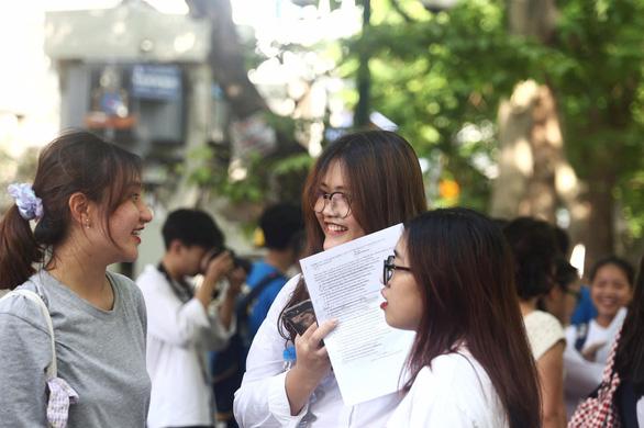 Đề tiếng Anh thi lớp 10 Hà Nội dễ lấy điểm, thí sinh lo điểm chuẩn cao - Ảnh 11.