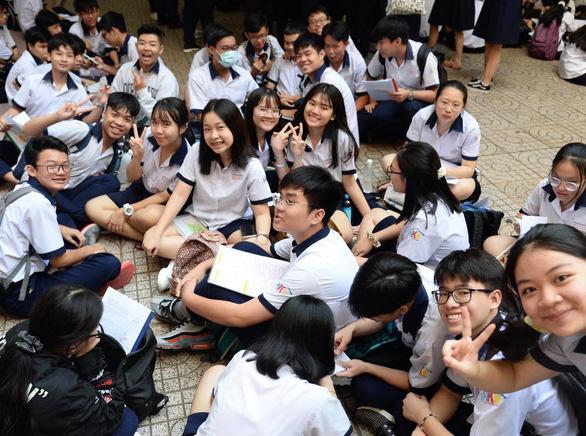 Sáng nay thi lớp 10 ở Hà Nội, TP.HCM: Dù kết quả thế nào thì bố mẹ vẫn yêu con - Ảnh 2.