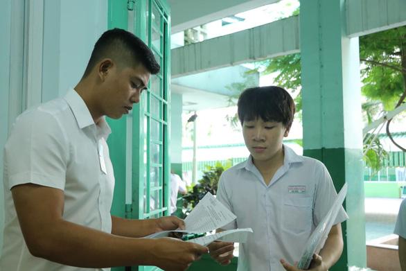Sáng nay thi lớp 10 ở Hà Nội, TP.HCM: Dù kết quả thế nào thì bố mẹ vẫn yêu con - Ảnh 8.