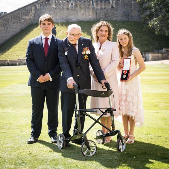 Cụ ông trăm tuổi đi quanh vườn gây quỹ chống COVID được Nữ hoàng phong Hiệp sĩ - Ảnh 4.