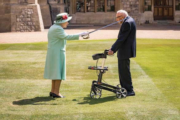Cụ ông trăm tuổi đi quanh vườn gây quỹ chống COVID được Nữ hoàng phong Hiệp sĩ - Ảnh 1.