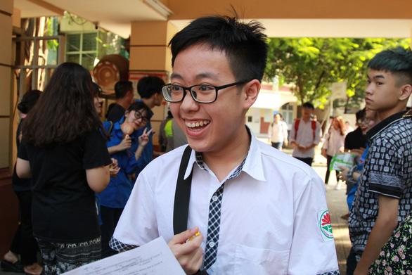 Đề tiếng Anh thi lớp 10 Hà Nội dễ lấy điểm, thí sinh lo điểm chuẩn cao - Ảnh 10.