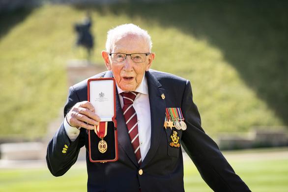 Cụ ông trăm tuổi đi quanh vườn gây quỹ chống COVID được Nữ hoàng phong Hiệp sĩ - Ảnh 2.