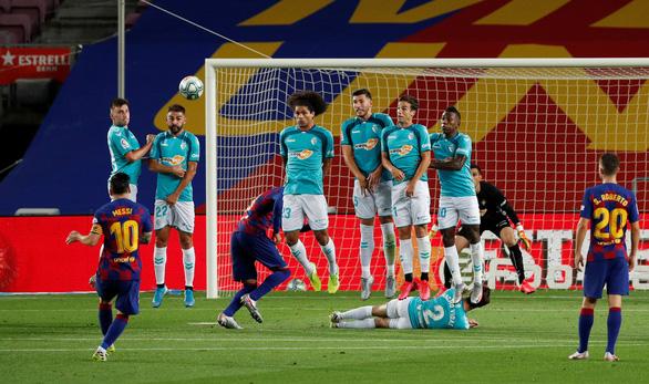 Messi lập siêu phẩm đá phạt, Barca vẫn bại trận trước 10 người Osasuna - Ảnh 2.