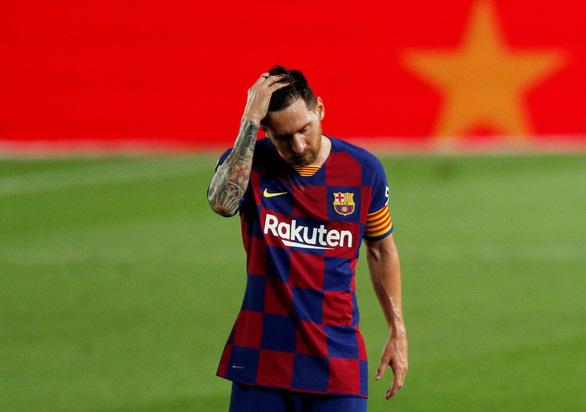 Messi lập siêu phẩm đá phạt, Barca vẫn bại trận trước 10 người Osasuna - Ảnh 1.