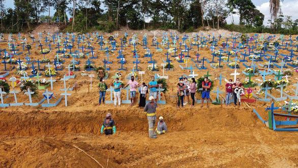 Brazil vượt mốc 2 triệu ca COVID-19, không đủ quan tài chôn người chết - Ảnh 1.