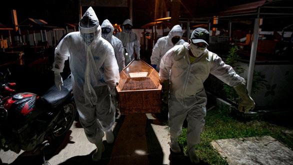 Brazil vượt mốc 2 triệu ca COVID-19, không đủ quan tài chôn người chết - Ảnh 3.