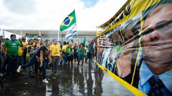 Brazil vượt mốc 2 triệu ca COVID-19, không đủ quan tài chôn người chết - Ảnh 5.