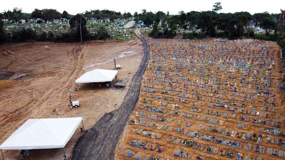 Brazil vượt mốc 2 triệu ca COVID-19, không đủ quan tài chôn người chết - Ảnh 8.
