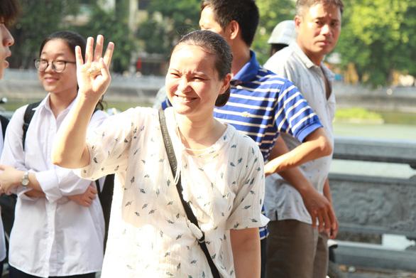 Đề tiếng Anh thi lớp 10 Hà Nội dễ lấy điểm, thí sinh lo điểm chuẩn cao - Ảnh 9.