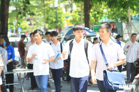 Đề tiếng Anh thi lớp 10 Hà Nội dễ lấy điểm, thí sinh lo điểm chuẩn cao - Ảnh 8.