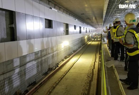 Lãnh đạo Ủy ban MTTQ TP tham quan ga metro TP và tặng quà cho công nhân - Ảnh 7.
