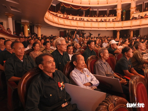 Những áo lính xúc động xem 'Màu hoa đỏ' tại Nhà hát Lớn Hà Nội - Ảnh 2.