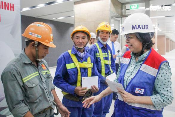Lãnh đạo Ủy ban MTTQ TP tham quan ga metro TP và tặng quà cho công nhân - Ảnh 2.