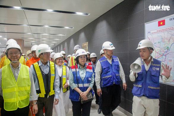 Lãnh đạo Ủy ban MTTQ TP tham quan ga metro TP và tặng quà cho công nhân - Ảnh 3.