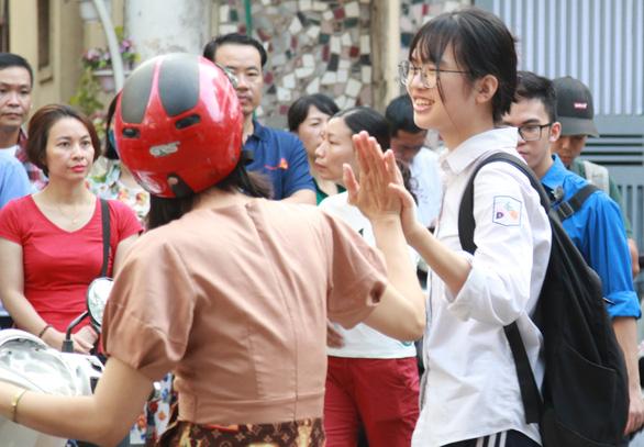 Sáng nay thi lớp 10 ở Hà Nội, TP.HCM: Dù kết quả thế nào thì bố mẹ vẫn yêu con - Ảnh 7.