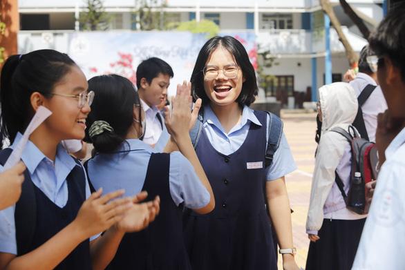 Đề thi toán lớp 10 TP.HCM dễ thở, thí sinh cười tươi ra về - Ảnh 5.