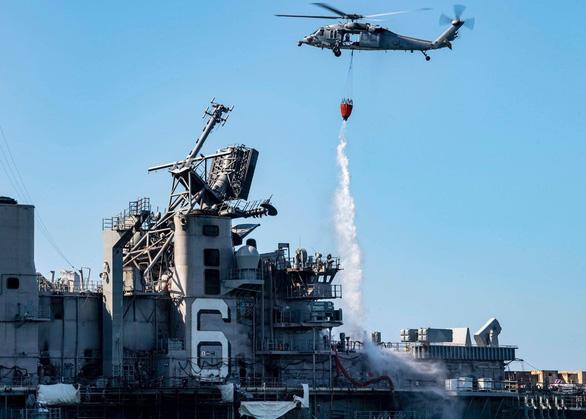 Mất 4 ngày mới dập tắt được đám cháy trên tàu chiến tỉ đô của Mỹ - Ảnh 1.
