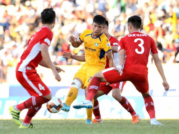 Khoảnh khắc cầu thủ Viettel ngăn cản Văn Đức đi bóng bằng cách như  ôm người yêu - Ảnh 2.