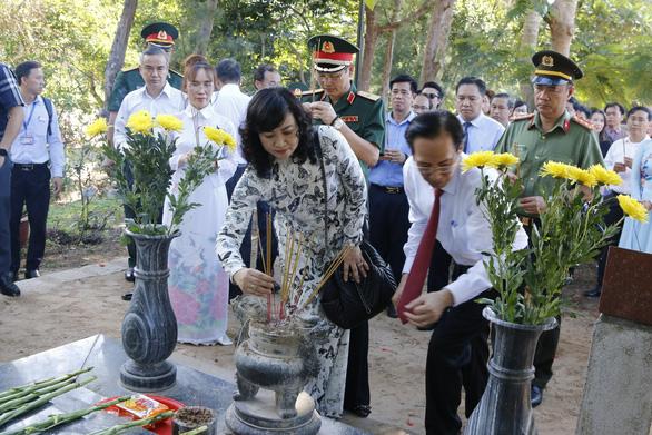 Lãnh đạo TP.HCM dâng hương tại nghĩa trang Hàng Dương - Ảnh 3.