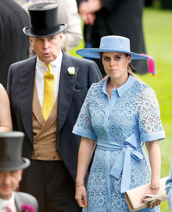 Công chúa Anh lặng lẽ kết hôn, Nữ hoàng chứng kiến cùng 20 người - Ảnh 4.