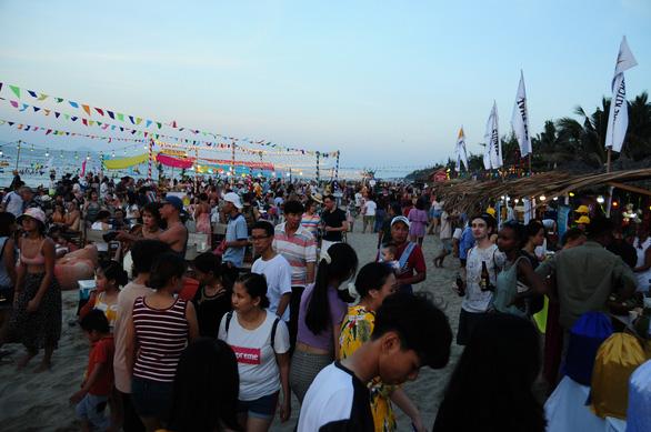 Khách đông nghìn nghịt biển An Bàng trong ngày đầu mở lễ hội biển - Ảnh 1.