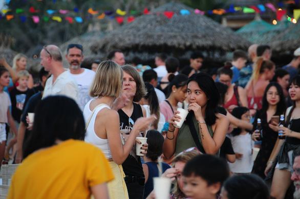 Khách đông nghìn nghịt biển An Bàng trong ngày đầu mở lễ hội biển - Ảnh 2.