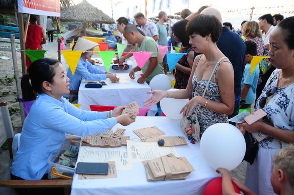 Khách đông nghìn nghịt biển An Bàng trong ngày đầu mở lễ hội biển - Ảnh 5.
